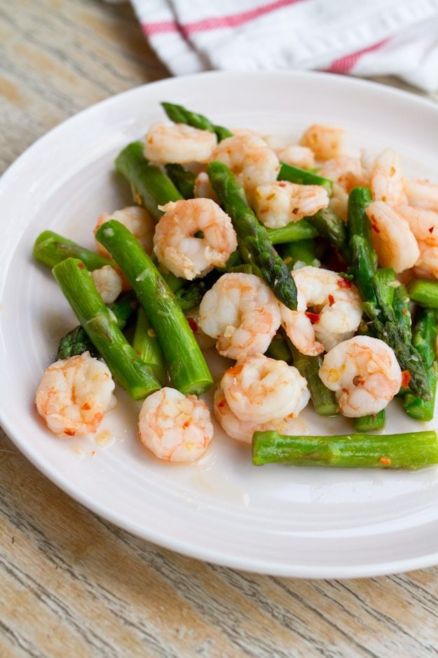 Spicy Garlic Shrimp and Asparagus -- a healthy dinner recipe that takes less than 10 minutes