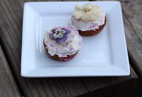 edible-flowers-on-cupcakes.jpg