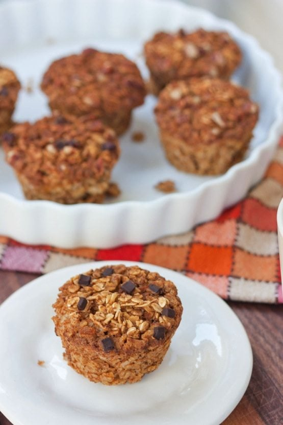 Baked Pumpkin Oatmeal Cups // These gluten-free and vegan baked pumpkin oatmeal cups make on-the-go oatmeal so easy! The pumpkin spice flavor is delicious and perfect for fall.