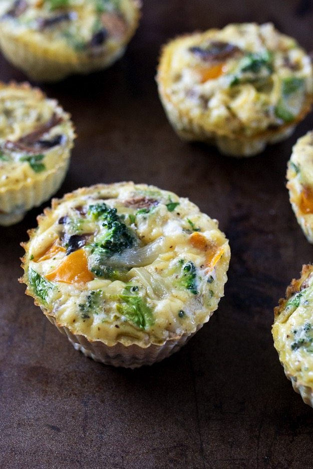 Healthy Baked Egg Cups -- These healthy baked egg cups are loaded with protein and veggies. Make them at the beginning of the week for a quick, on-the-go breakfast option for busy mornings.