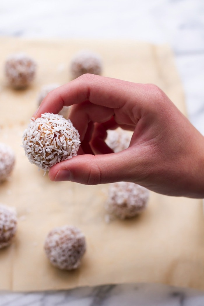 Snack healthy with these homemade lemon balls! Made with almonds, dates, lemon and coconut, these little bites are tasty, portable and take only 10 minutes to make!
