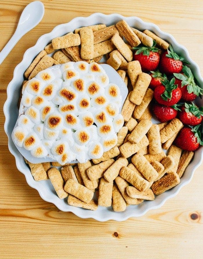 Healthy S'mores Dip with Brownie Batter Hummus and Toasted Marshmallows (vegan + gluten-free)