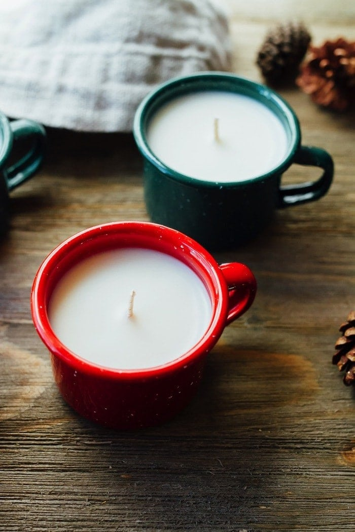 How to make homemade enamelware mug candles aka the most adorable candles ever! These mini candle mugs make the perfect handmade gift for the holidays.