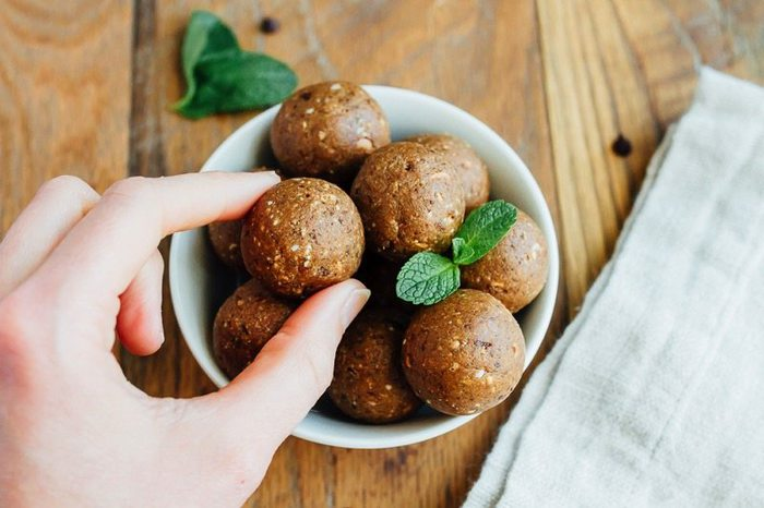 THIN MINT Protein Balls! They taste like the girl scout cookie we all love, but are packed with good for you ingredients like dates, cashews and protein powder. Vegan and gluten-free.