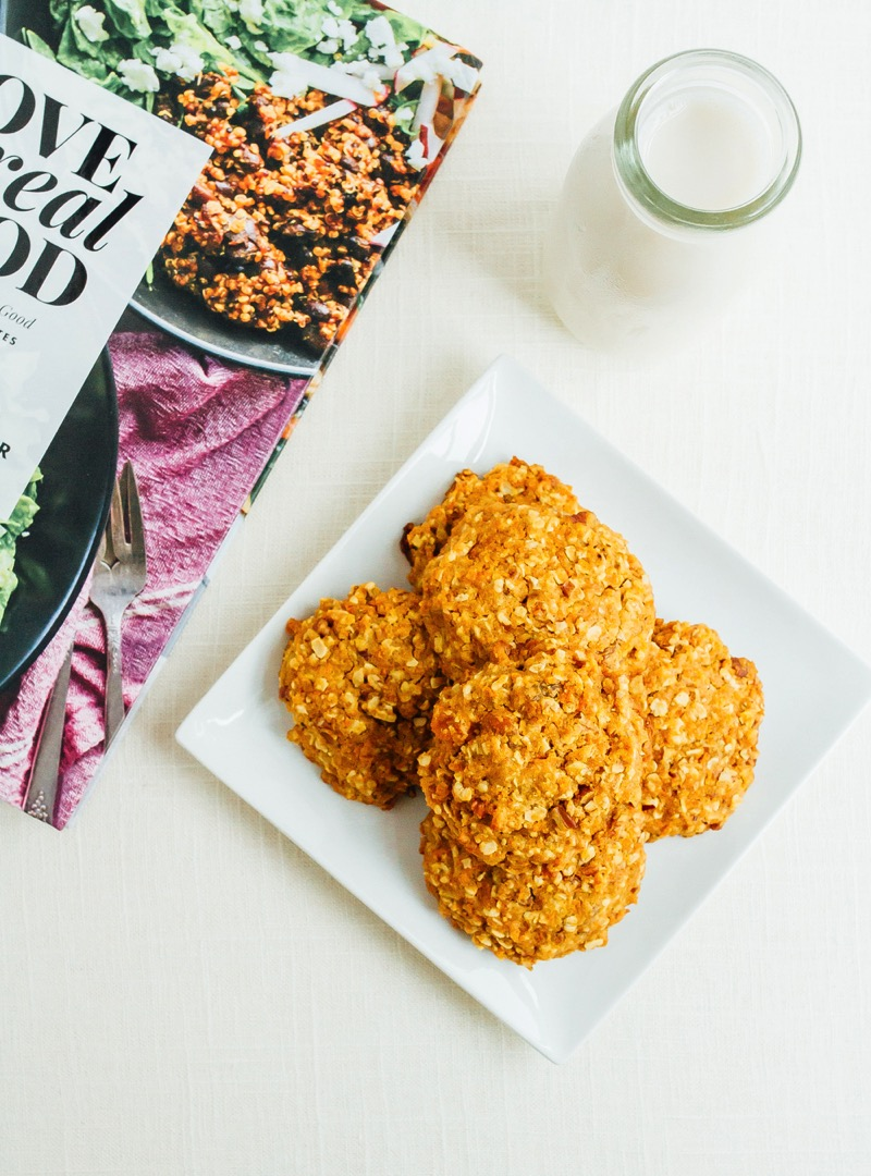 Eat cookies for breakfast with this simple recipe for carrot cake breakfast cookies! Loaded with whole grain oats, carrots and nuts for a filling and hearty on-the-go breakfast option.
