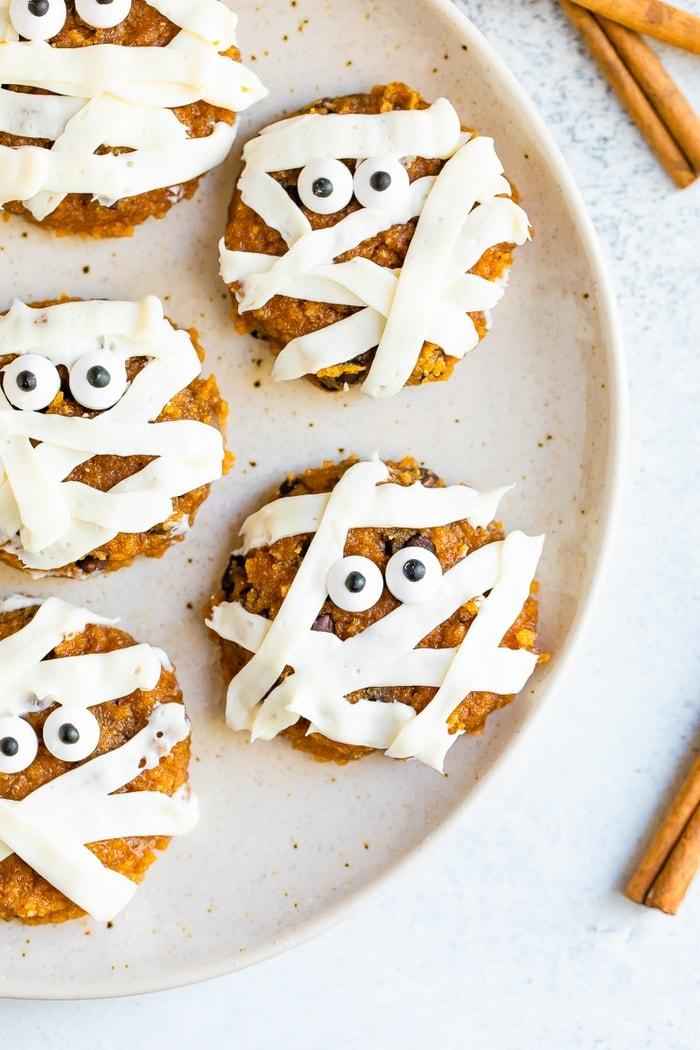 Assiette avec des biscuits décorés de momie de citrouille mignons.
