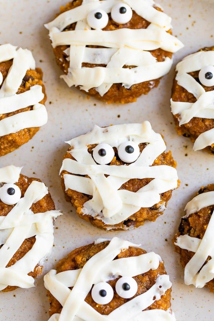 Biscuits momie mignons givrés de rayures et décorés de deux yeux de bonbon.