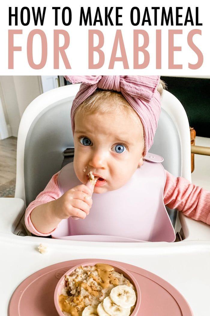 Bébé Olivia dans une chaise haute mangeant un bol de flocons d'avoine avec des bananes et du beurre d'arachide sur le dessus.