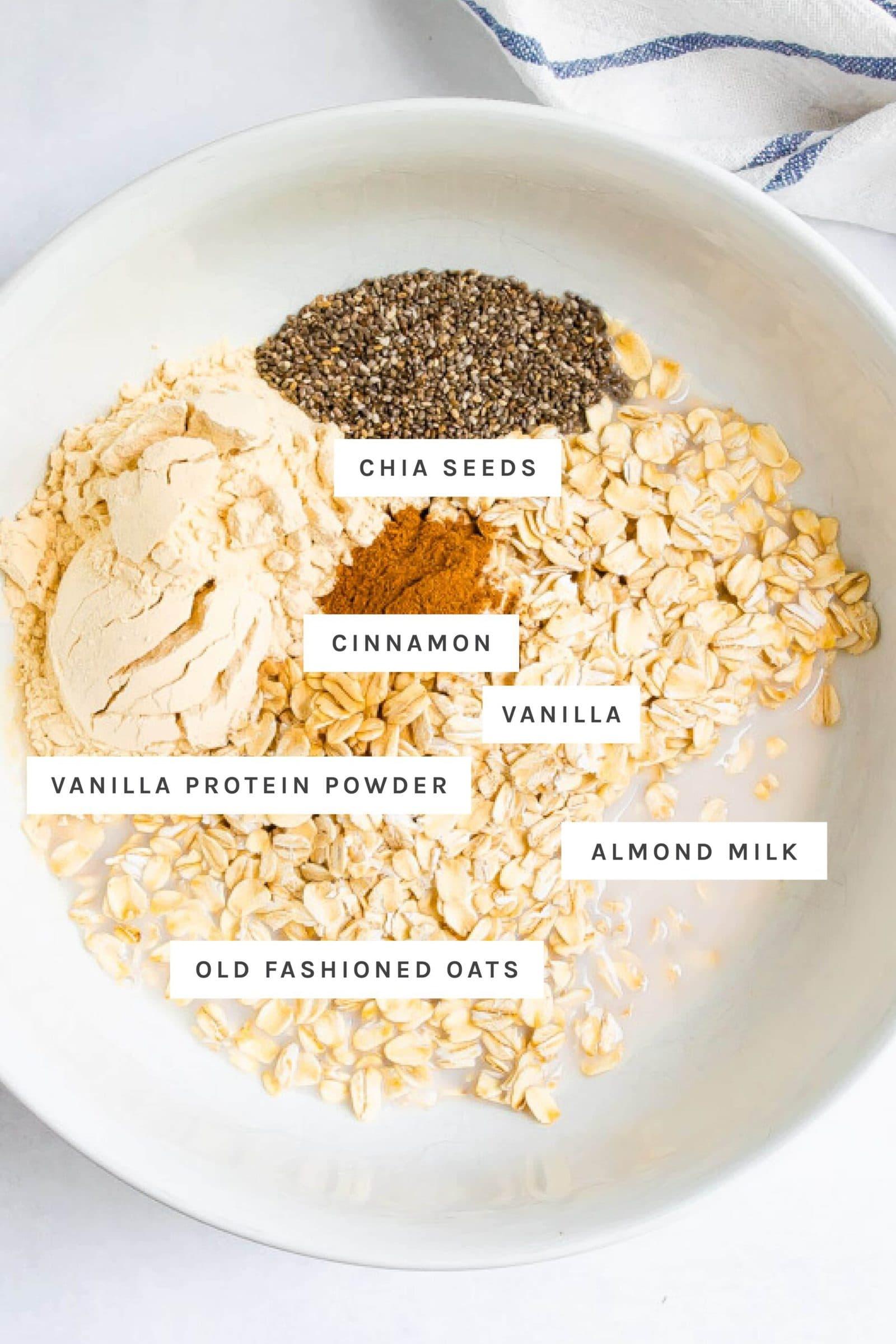 وعاء مع بذور الشيا والشوفان وحليب اللوز والقرفة والفانيليا ومسحوق البروتين.
