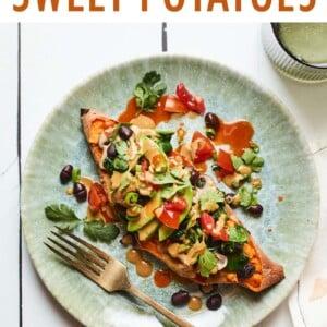 محشوة بطاطا حلوة بالفول الأسود على طبق مع حصن ومغطاة بصلصة الطحينة والأفوكادو والطماطم والكزبرة.