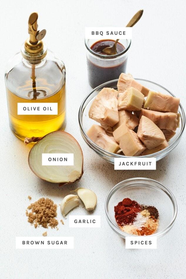 زيت الزيتون ، صوص الباربكيو ، الكاكايا ، البصل ، الثوم ، السكر البني والتوابل تقاس لصنع شطائر الكاكايا المشوية.