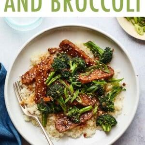 طبق ترياكي تمبيه مع بروكلي يقدم مع أرز.