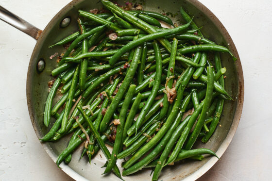 A saucepan with green beans almondine.